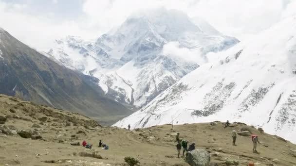 Samdo, Nepál - březen, 2018: Turisté se, trekking v pohoří v Himalájích