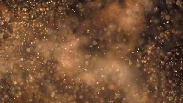 Elegantní, detailní a zlaté částice proudí mělkou hloubkovou hladinou pod vodou