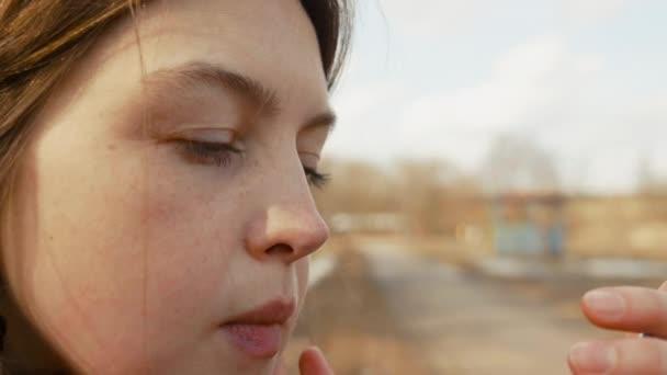 Portrét krásné zdravé ženy, která na tváři zvlhčující krém