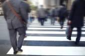 Immagine mossa Business persone Crossing Street in città, Affrettatevi ora di punta nella metropoli