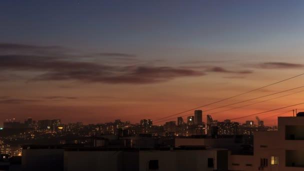 City centrum západ slunce den do noci 4k. Ve soumraku se stmívalo městské panorama. Úžasný panoramatický výhled na moderní město. Staveniště s jeřáby v nových obytných prostorech