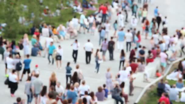 İnsanlar merdivenlerden iniyor. Yaz günü