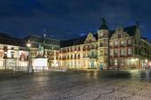 altes rathaus der stadt Düsseldorf und marktplatz bei nacht, deutschland