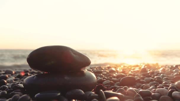 Gyönyörű kilátás a naplemente a tengeren a part kavicsos kő az előtérben