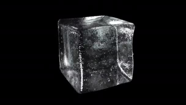 Detaillierte Eiswürfel-Nahaufnahme rotiert auf schwarzem Hintergrund