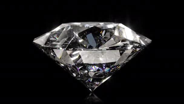 Gyönyörű, kristálytiszta, csillogó kerek gyémánt, elforgatja a fekete tükröt, izolált hátteret. Oldalnézet bezárása. Varrat nélküli 4k CG 3D animáció