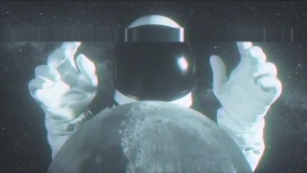 Egy űrhajós húzódik a keze mögött a Holdon