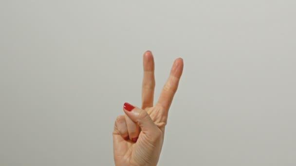 Női kéz, szép piros fényes manikűr számolás 1-től öt ujjal.