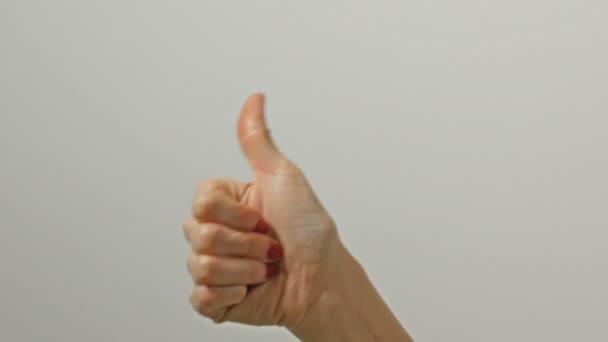 Női kéz mutatja a hüvelykujját fel jel.