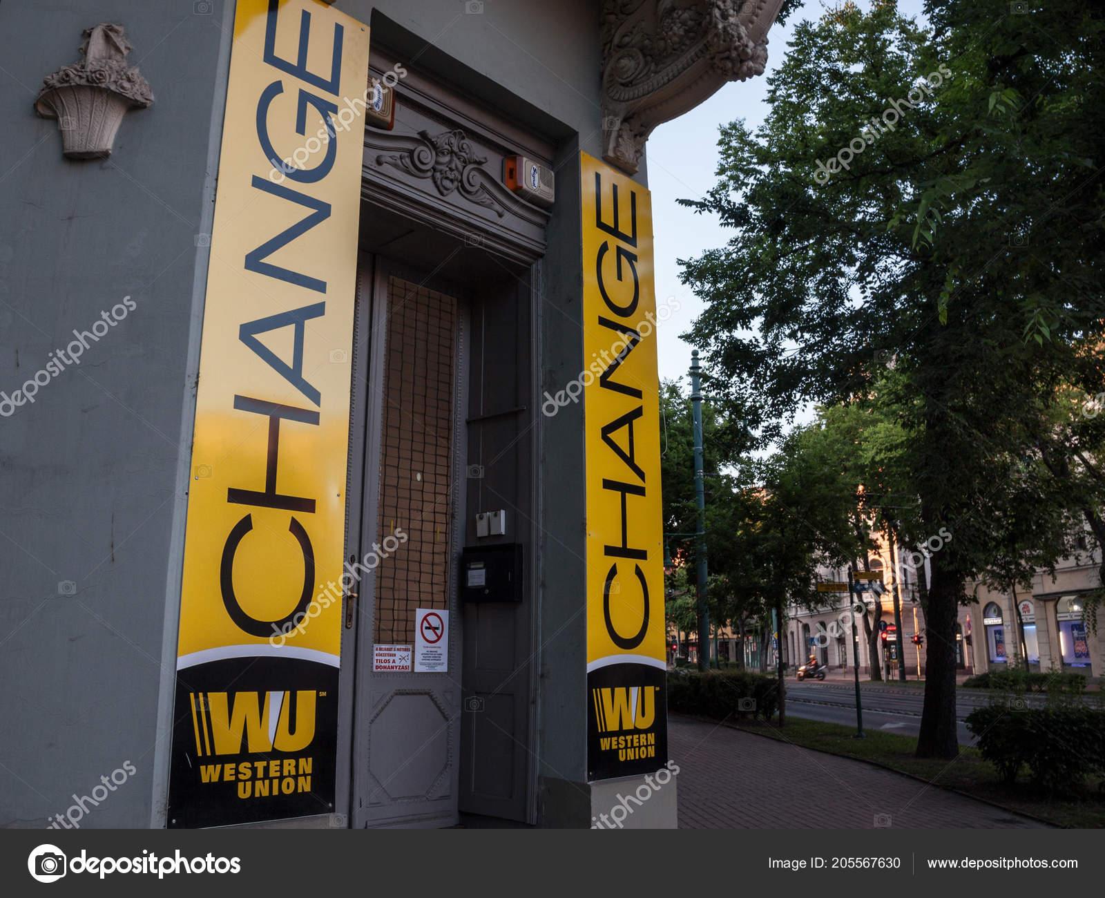 Szeged hongrie juillet western union logo sur leur bureau