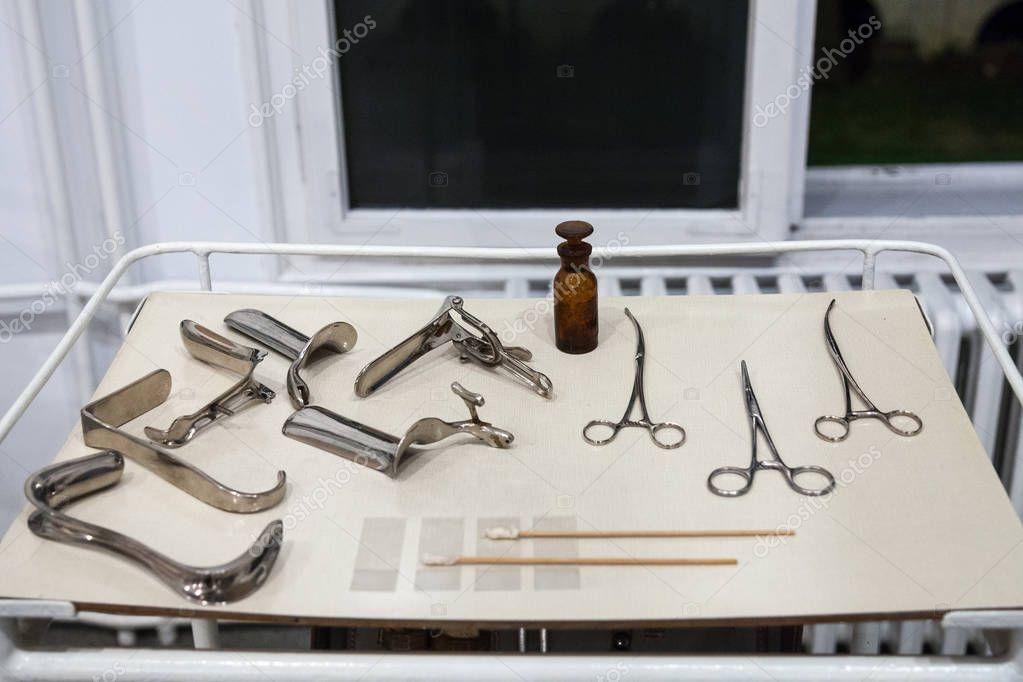 Фотки девушки голые с гинекологическими инструментами красотку