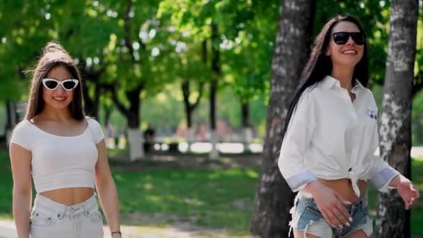 Вам кончали две красивые девушки видео