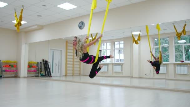A koncepció a sport, az egészséges életmód. Lány részt vesz a vásznon, lengő és nyújtó izmok Aero jóga