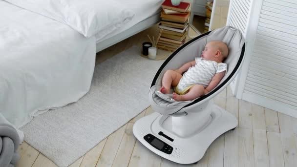 Sedie A Dondolo Bambini : Il bambino dorme in una sedia a dondolo per bambini design high tech
