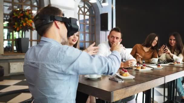 Odborníci na budoucí technologie testování rozšířená realita Headset Developer profesionály vyvíjí futuristické technologie programování Ar Vr aplikace Vr vývoj aplikací na sobě virtuální realita Vr