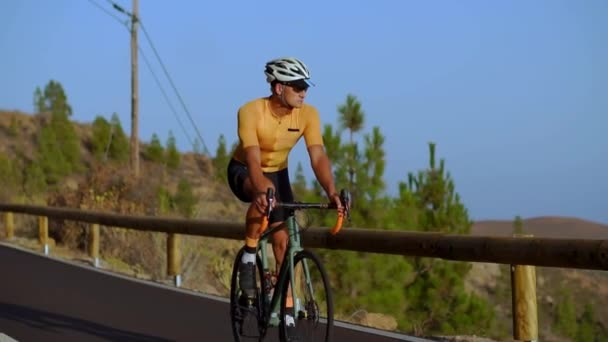 Profesionální cyklista připravuje na příchod iron man výcvik jízdy v horách