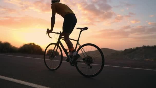 Sportovce na kole jde ze skály na horských serpentin, při pohledu na nádherný výhled na ostrov. Koncept zdravého životního stylu. Turistické cesty na kole
