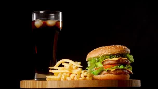 Speck-Käse-Burger mit Rindfleisch-Patty Tomaten-Zwiebeln