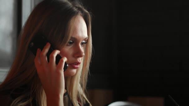 Fiatal mosolygó csípő lány kávézóban ülve barát videohívás, laptop számítógép keresztül beszél. Vidám női vezetője, miután webinar keresztül hordozható notebook alatt pihenő idő, a café