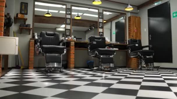Jahrgang Hängelampen im Friseursalon. Retro Deckenlampe im Friseurladen.  Barber Pole. Haar Salon Interieur. Metall-Deckenleuchten im barbershop