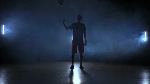 Kosárlabda játékos dobások és fogások a labdát, a füst