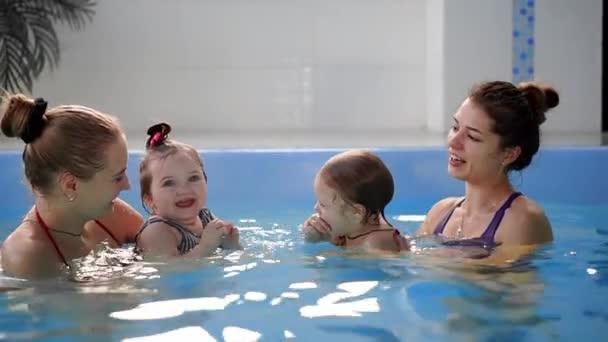 Skupina maminek se svými dětmi dítě na kojenecké plavání třída.