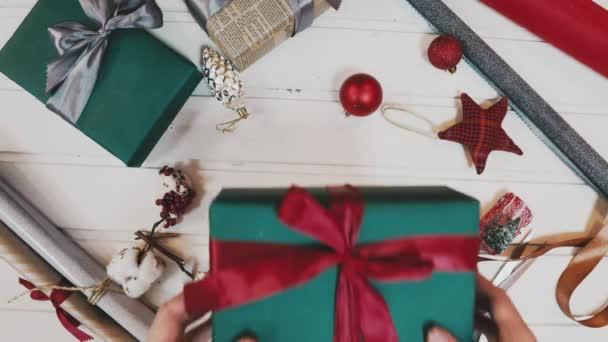 Karácsonyi ajándék - valakinek kéz a piros kötött pulóvert, hogy íj a piros doboz-val másol hely jelenlegi, banner