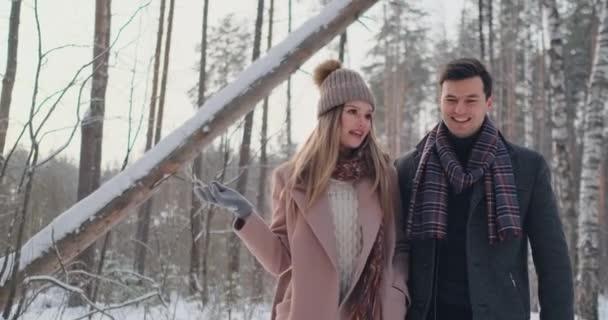 glückliches junges Paar im Winterpark mit Spaß.Familie im Freien. Liebe