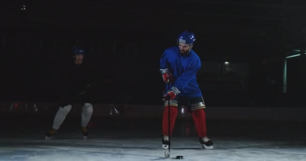 Profesionální hokej dopředu technicky lepší než obránce a rychle přejde do hokejové branky.