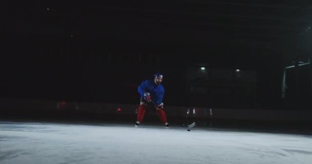 Dva profesionální hokej muži bojuje o PUK na ledě arény použití síly techniky