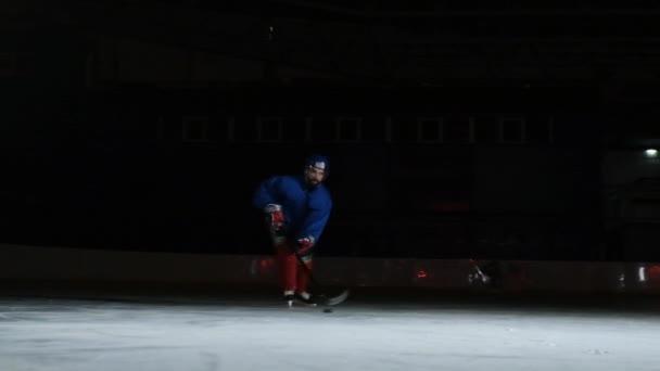2 hokejisté bojuje o puk, nohy, brusle zavřete zobrazení