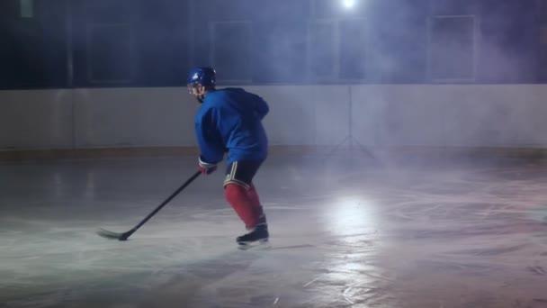 Hokejový brankář provádí útok na soupeřovy brány a gól v nastaveném čase. Přehrávač přináší vítězství svého týmu v přestřelky