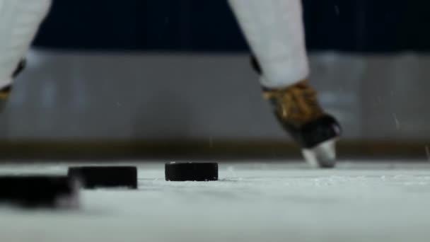 Detail o PUK na LED a hokejový brankář udeří puk v pomalém pohybu