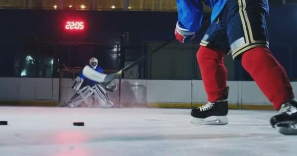 Detail hokejový puk zpomaleně a sejmul několik puků v tahu a brankář v pozadí
