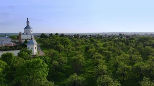 Sommer Luft Blick auf den Apfelgarten und die Burg mit einer alten Mauer