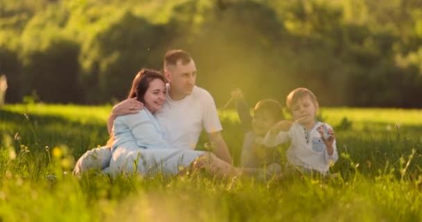 Šťastná rodina na pikniku v létě se baví bavit a jíst zmrzlinu v pomalém pohybu