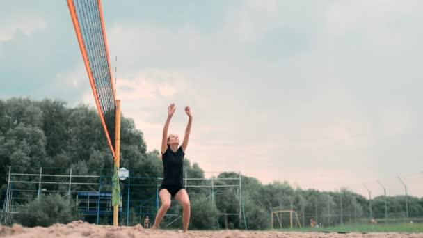 Nők versenyben egy profi strandröplabda bajnokság. A védő megpróbálja megállítani a lövés során a 2 nő a nemzetközi szakmai strandröplabda