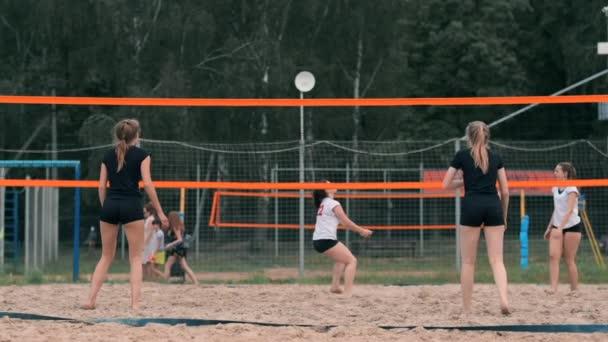 Ženský volejbal slouží. Žena připravená na obsluhu volejbalu při stání na pláži pomalý pohyb.