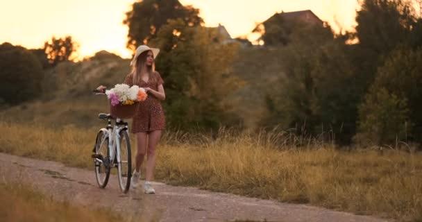 Sommer im Feld Mädchen geht mit Fahrrad auf die Straße