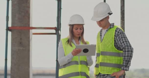 Ritratto degli ingegneri edili che lavorano in cantiere