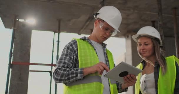 Portrét stavebních inženýrů pracujících na staveništi