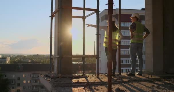 Stavitel žen a tvůrce mužů na staveništi, pohled zpět. Koncepce výstavby, rozvoje, týmové práce a lidí. Stavitel žen a tvůrce mužů