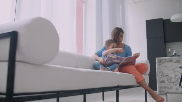 matka posezení s synem čtení příběhu interiéru.