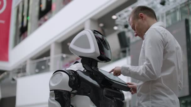 Elektronický inženýr pracuje, vědec, vynálezce na konstrukci robotů. pomalý pohyb. moderní robotické technologie. Futuristická koncepce robotů. Umělá inteligence, virtuální, robot, roboti a lidská