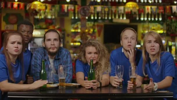 Sport, Menschen, Freizeit, Freundschaft, Entertainment-Konzept - glücklich männlich und weibliche Fußballfans oder gute junge Freunde, Bier trinken, feiern Sieg bei Bar oder Kneipe. Positive Emotionen Konzept.