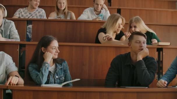 Přátelské studentské mluvení ve třídě s přestávkou mezi lekcemi