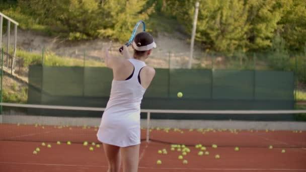 tenisový hráč připraví sloužit tenisák během zápasu.