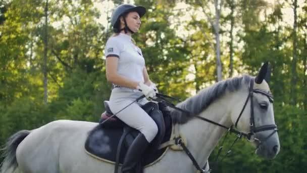 Reiten von der Reiterin in Zeitlupe