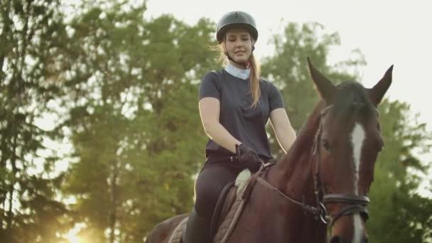 Reiten auf dem Pferd bei schönem Wetter