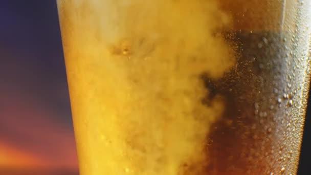Csepp fény hideg sör, egy pohár vízzel. Kézműves sör közelről.